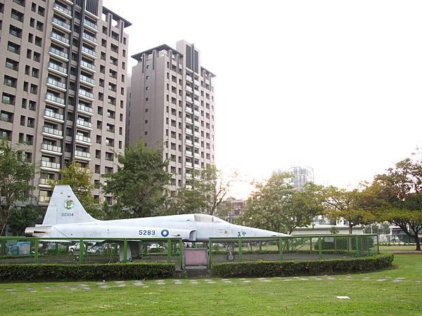823砲戰紀念公園-飛機與大樓