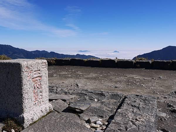 石門上的標註&遠方的雲海