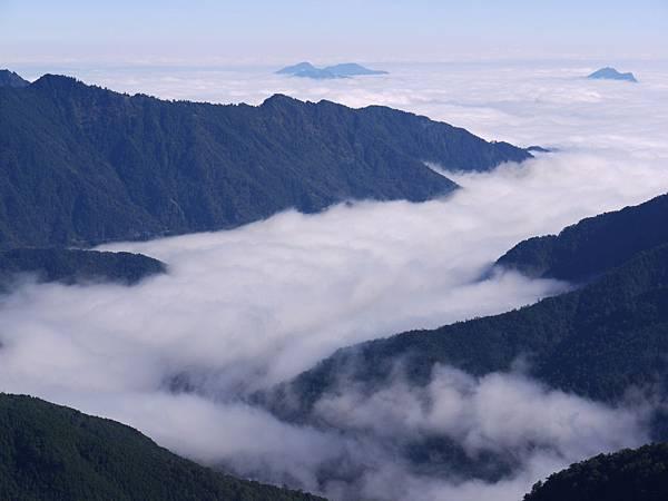 鏡頭拉近的雲海…沒拍的很好…orz~