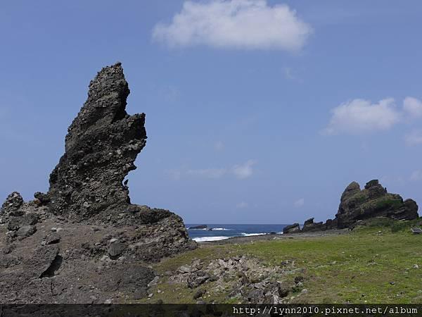 P1120780蘭嶼 右:鱷魚岩 左:岩上有羊