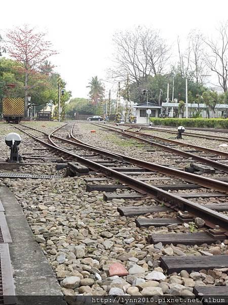 嘉義北門車站-鐵道與路過的車