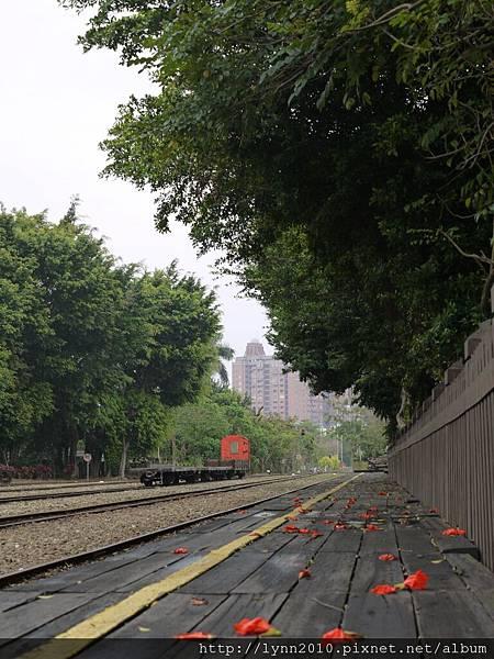 嘉義北門車站-鐵軌旁木棧走道