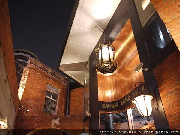 宮原眼科-門楣上方標示了 鳳梨陽餅 南榚瓦片 花餅牛軋