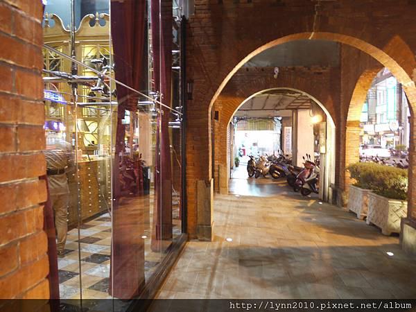 宮原眼科-從這走廊可直接通到火車站
