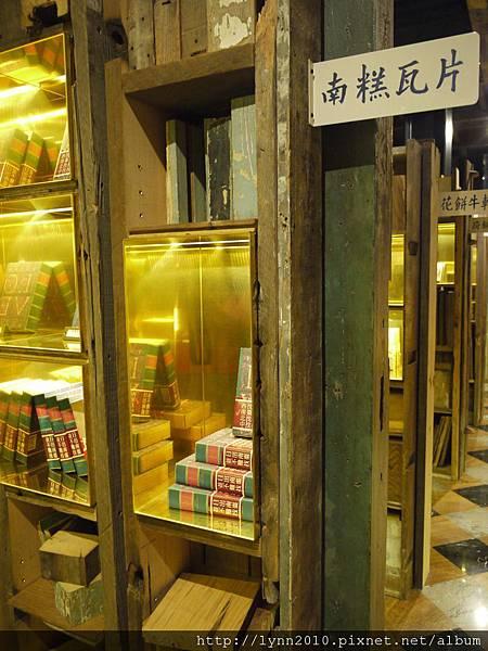 宮原眼科-作成圖書館的樣子,櫃內都是商品