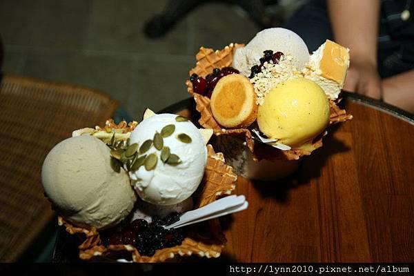 宮原眼科-團友拍的冰淇淋~~~好多花樣的感覺…