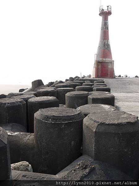 台中海邊  舊燈塔與防坡石
