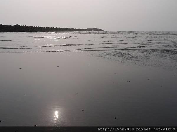 台中海邊  太陽倒映在海水上