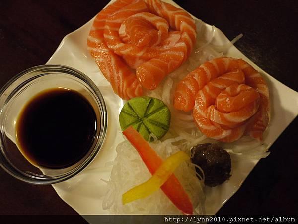 七つの海燒肉屋    生魚片的切面是長段的…orz~