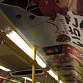 曼谷機場快線之捷運車箱~一看到車箱一整個心情大好~滿滿的都是 海賊王 的綠茶廣告