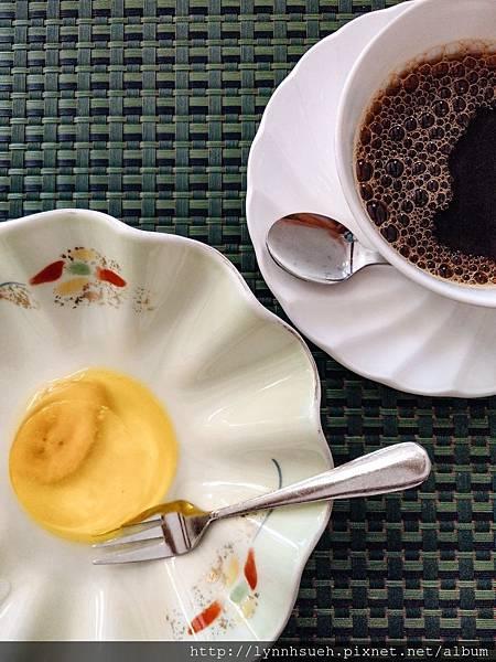 燒咖哩附餐-香蕉果凍及熱咖啡