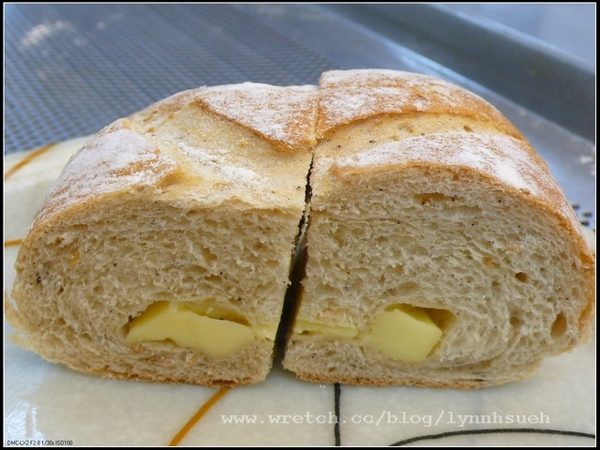 飛訊-有機天然酵母乳酪麵包剖面