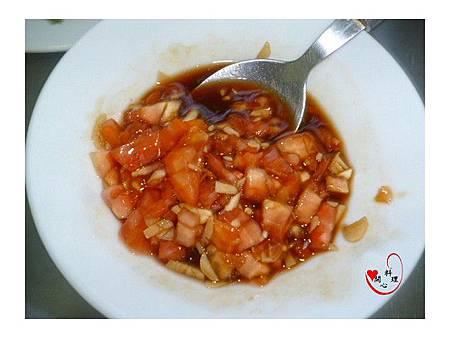 4蒜泥和醬汁拌勻加入去邊番茄丁