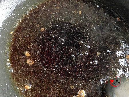 9鍋中留一匙油加入醬汁和少許水煮一會