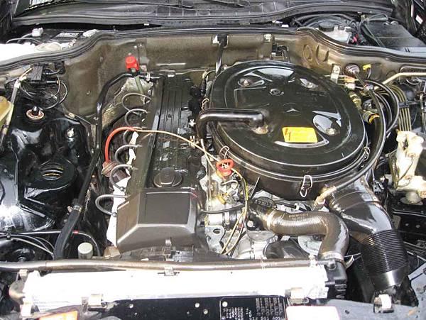 W126 300SEL引擎室,