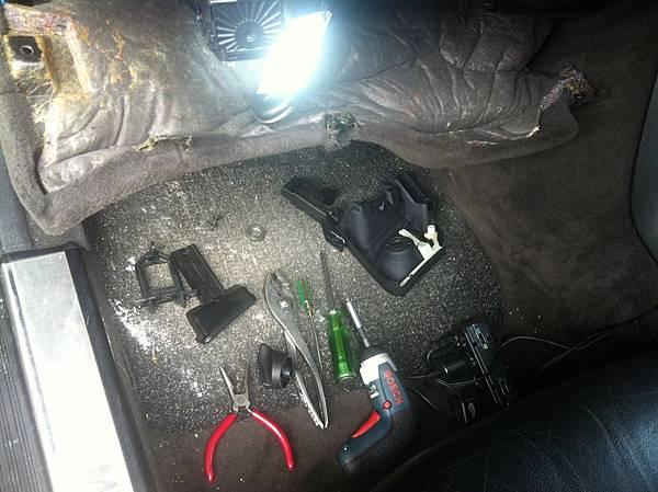 拆修大燈開關的工具,以及取下的零件