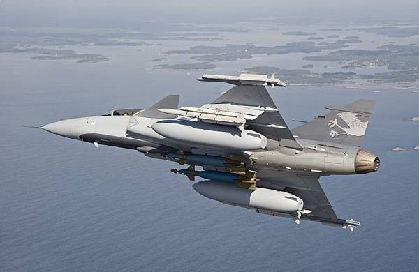 Gripen-Demo-with-large-drop-tanks
