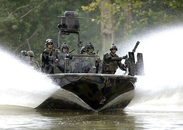 US_Navy_070825-N-9769P-301_Special_Warfare_Combatant-craft_Crewmen_(SWCC)_transit_the_Salt_River_in_northern_Kentucky_during_pre-deployment,_live-fire_training