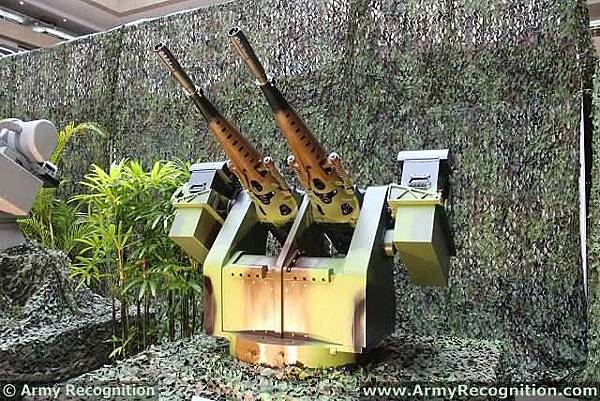 XTR-102_short-range_automated_defense_weapon_system_turret_TADTE_2013_Taiwan_defense_industry_exhibition_001