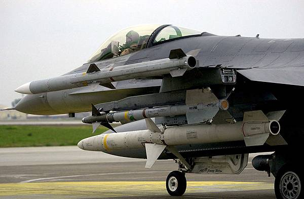 1200px-AIM-9_AIM-120_and_AGM-88_on_F-16C