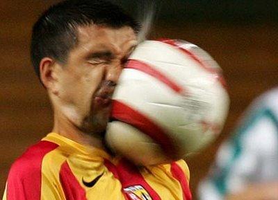 足球砸臉.JPG