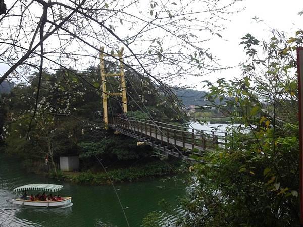 搭船遊湖走吊橋