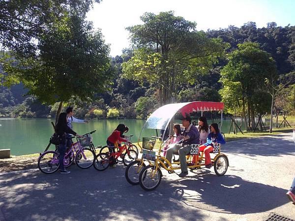 騎腳踏車暢遊梅花湖