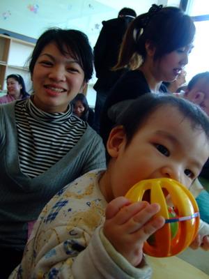 媽:這小子都在啃球..緯:好吃好吃...