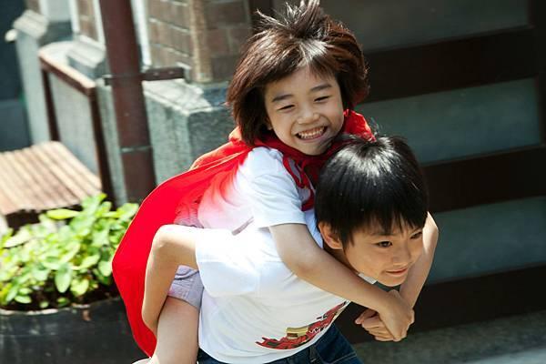 因為想守護著弟弟,所以鐵男從小最會做的就是當弟弟的超人...