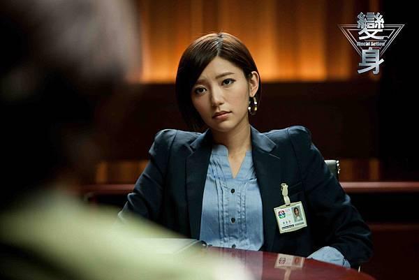 變身-郭雪芙飾演霸氣電視台董事長,她要擔任宇宙超人FLY的鐵男下台