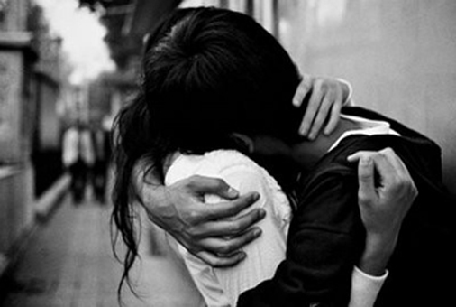 black,and,white,couple,hug,love,bw,b,w-6c0fc32a481b20f79e4357410b97a3de_h.jpg