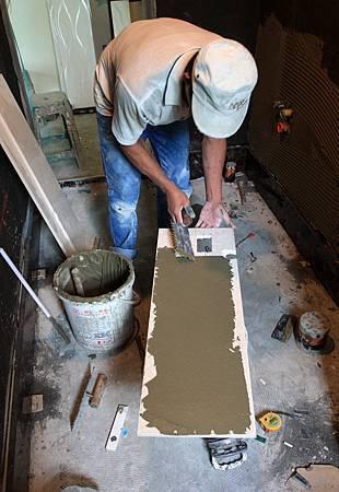 磁磚的背面也要平整塗上