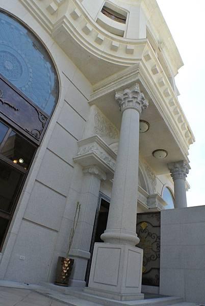 本館路的帝藏,採行兩種古典柱式的設計