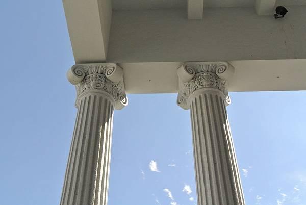 有渦旋又有葉形裝飾,該是複合柱式。