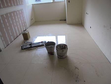 10/03 2F室內貼地磚