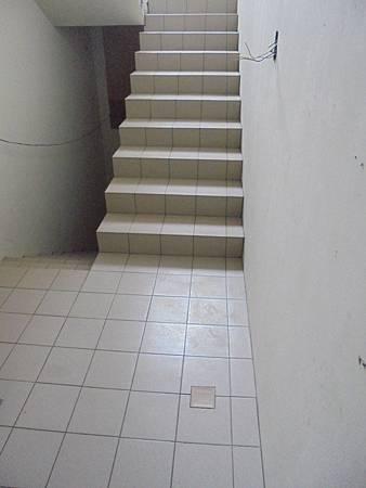 10/06 1FB梯公梯地磚黏貼黏貼