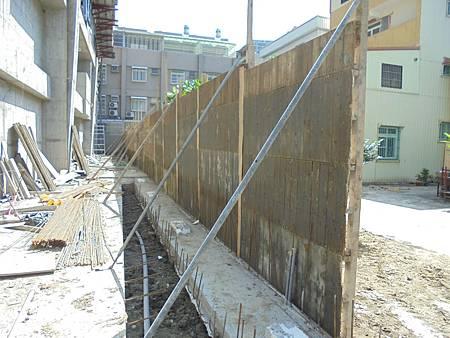 10/03 1F西側圍牆外模組立.裝釘