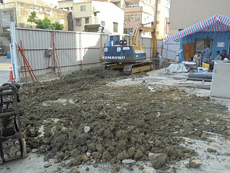 10/14 1F人行道鋪面管路開挖.回填