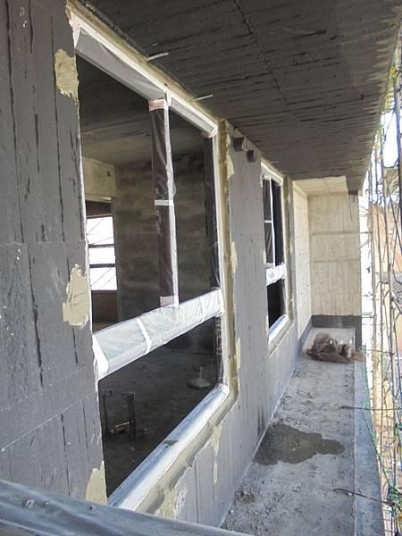 10-17 5F窗框崁縫後防水加強施作
