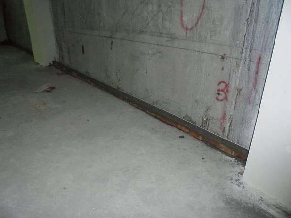 10-22 B1F複壁牆截水溝砌磚部份粉刷