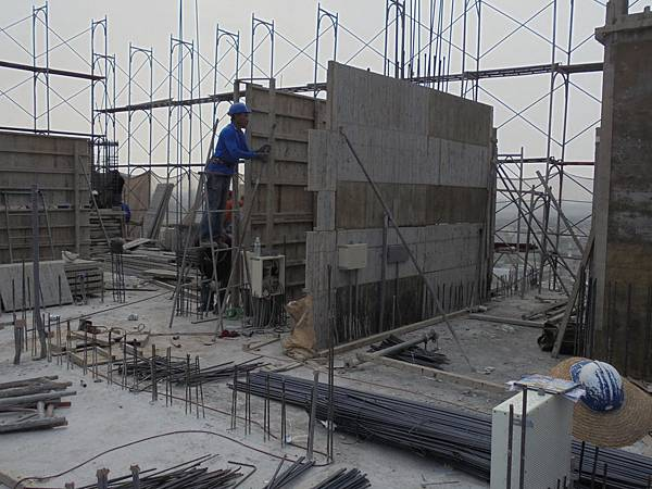 11-05 15F柱鋼筋綁紮.壁牆組模.JPG
