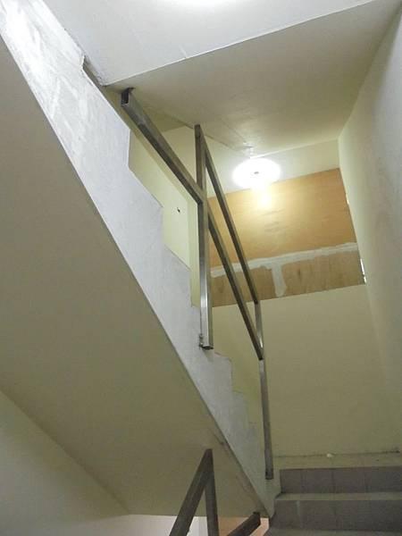 10-30 1F-2F迎賓通道樓梯扶手安裝.jpg