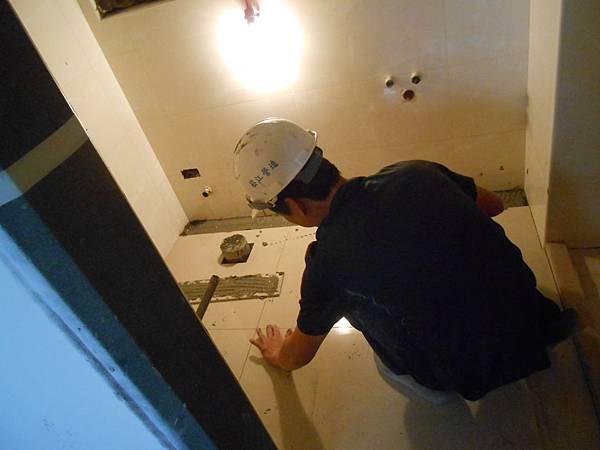 02-24 11F浴室貼地磚