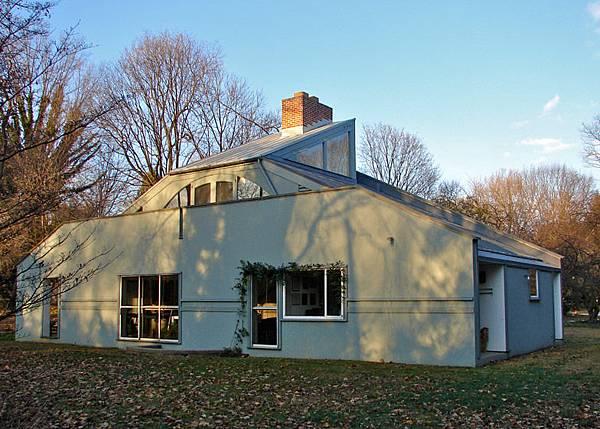 Vanna-Venturi-House-Wikimedia-Commons_dezeen_784_1.jpg