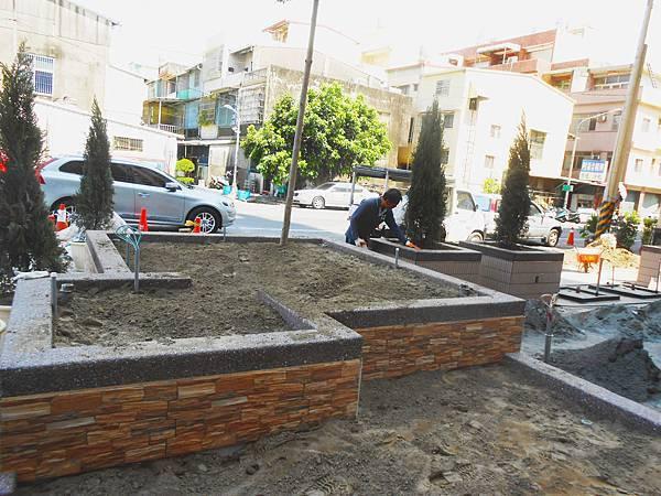 05-06 1F花園架設排水管.jpg