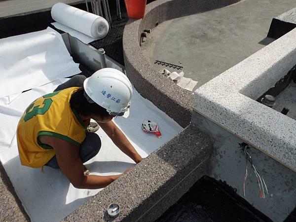 05-04 1F中庭排水板鋪設不織布.JPG