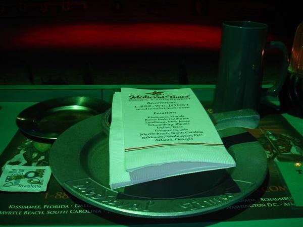 沐浴在一片綠光下的餐具XD