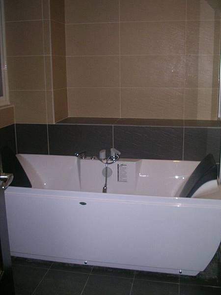 3F 主臥浴缸.jpg