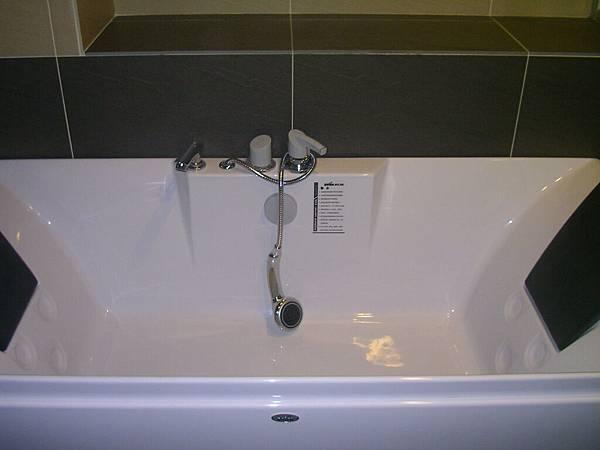3F 主臥浴缸 近拍.JPG