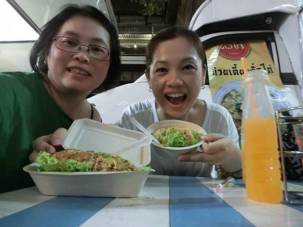 2016/02/26 Day 6 去拜完晚上的四面佛後 路邊有街頭餐車可用餐